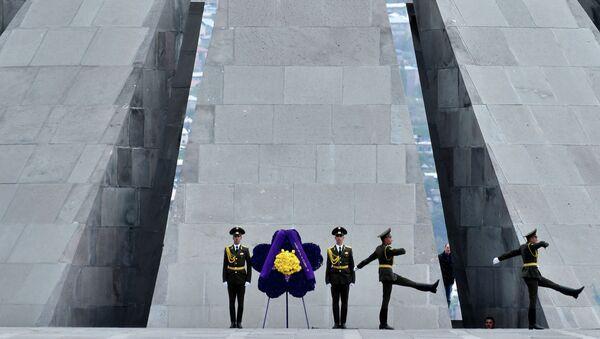Солдаты во время церемонии поминовения жертв геноцида армян в Ереване. архив