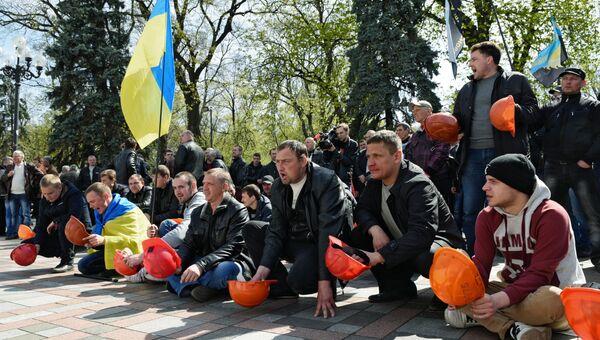 Участники акции протеста шахтеров у здания Верховной рады Украины в Киеве. 24 апреля 2015