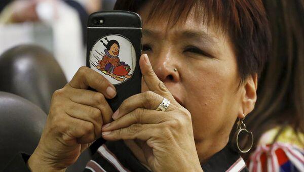 Женщина делает снимки во время заседания Арктического совета