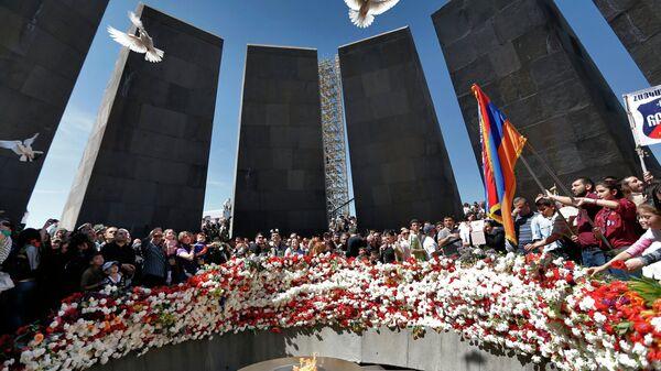 Участники поминальной службы отпускают голубей у Вечного огня Мемориала жертв геноцида армян Цицернакаберд