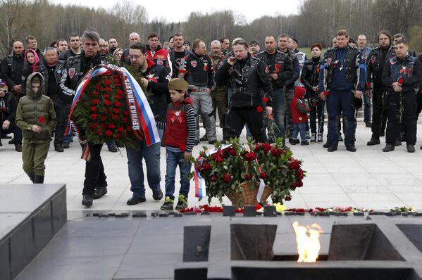 Участники мотопробега клуба Ночные волки во время посещения мемориалаХатынь, Белоруссия