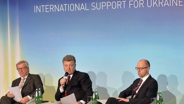 Глава Еврокомиссии Жан-Клод Юнкер, президент Украины Петр Порошенко и премьер-министр Арсений Яценюк. Архивное фото