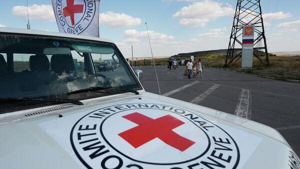 Автомобиль Красного Креста на юго-востоке Украины, архивное фото