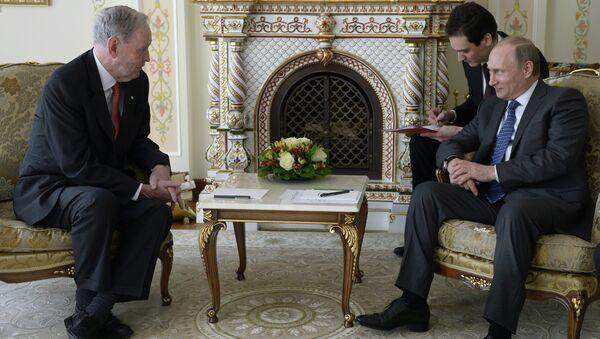Президент России Владимир Путин и экс-премьер Канады Жан Кретьен во время встречи в резиденции Ново-Огарево. 30 апреля 2015