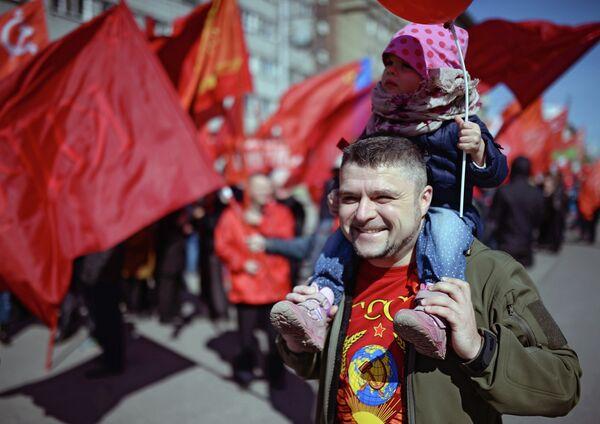 Участники первомайской демонстрации в Новосибирске