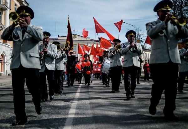Музыканты духового оркестра во время первомайского шествия в Великом Новгороде