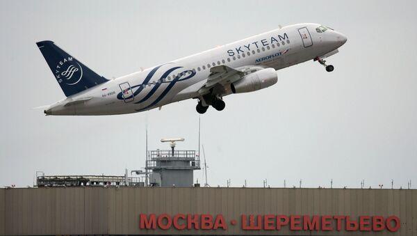 Самолет Сухой (Sukhoi Superjet 100) авиакомпании Аэрофлот совершает взлет в международном аэропорту Шереметьево. Архивное фото