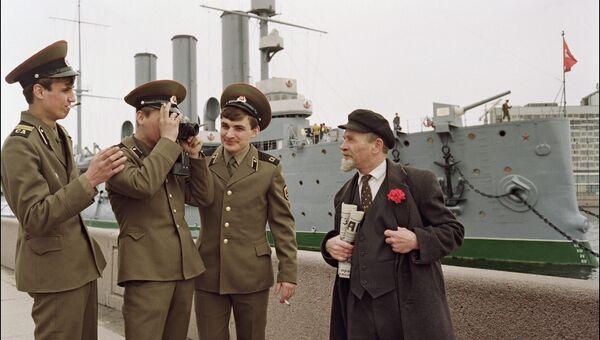 Солдаты с двойником Ленина у крейсера Аврора в Санкт-Петербурге