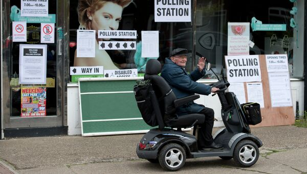 Пожилой мужчина возле избирательного участка в Халле. Архивное фото