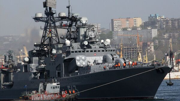 Большой противолодочный корабль (БПК) Маршал Шапошников во время постановки на бочки во Владивостоке