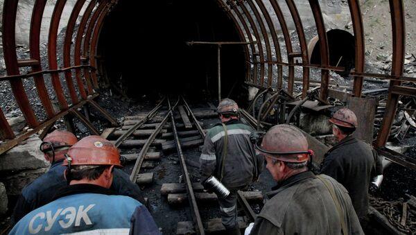 Очередная смена заходит в забой шахтоуправления Восточное (пос. Липовцы), входящего в состав Сибирской угольной энергетической компании (СУЭК)