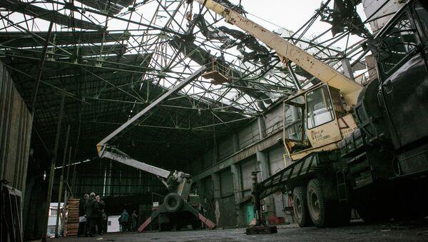 Рабочие проводят восстановительные работы в одном из цехов завода, пострадавшем в результате обстрела города Донецка. Архивное фото
