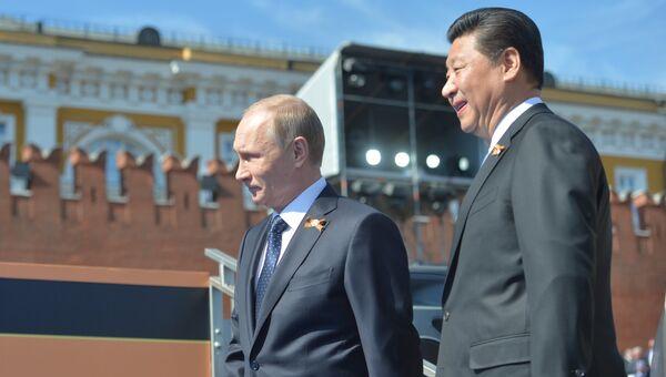 Президент России Владимир Путин и председатель Китайской Народной Республики Си Цзиньпин перед началом военного парада в ознаменование 70-й годовщины Победы в Великой Отечественной войне. Архивное фото.