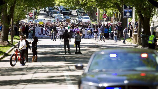 Участники демонстрации против отказа прокурора выдвигать обвинения полицейскому Мэтту Кенни, который в марте застрелил чернокожего подростка в Висконсине, США. Архивное фото
