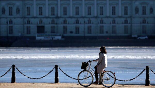 Девушка едет на велосипеде по Набережной Невы в Санкт-Петербурге. Архивное фото