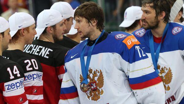Вратарь сборной России Сергей Бобровский и игроки сборной Канады после окончания финального матча чемпионата мира по хоккею 2015 между сборными командами Канады и России.