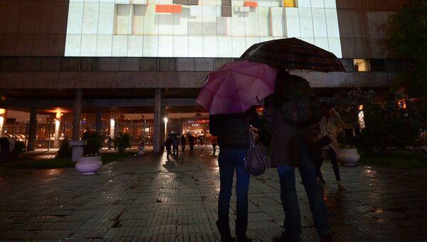 Зрители во время просмотра видео мэппинг-шоу Ночь в квадрате в рамках проведения международной акции Ночь в музее в Третьяковской галерее