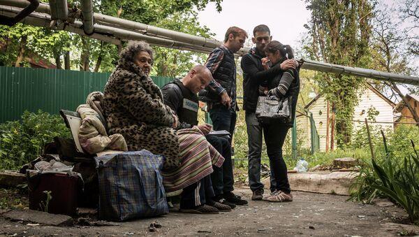 Жители Донецка у дома, разрушенного в результате обстрела украинскими силовиками