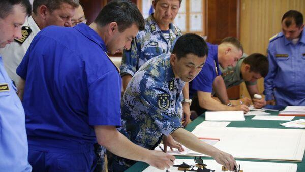 Проведение тактической летучки с розыгрышем действий сил на макете (планшете) во время совместных военных учений России и Китая в Средиземном море Морское взаимодействие 2015