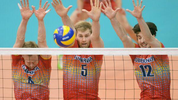 Волейболист Алексей Остапенко (в центре), архивное фото