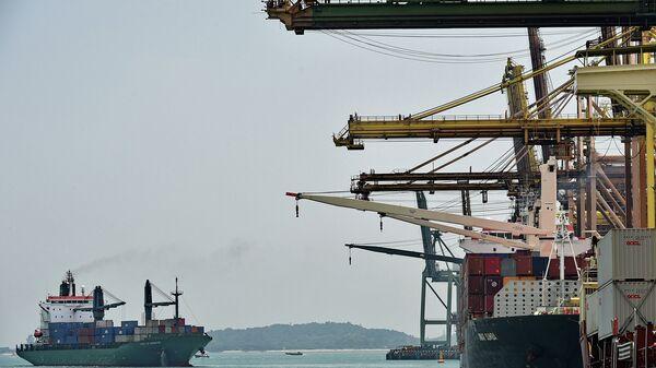 Корабль в порту Сингапура