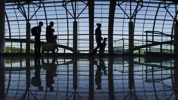 Пассажиры в новом секторе Е в аэропорту Домодедово, архивное фото