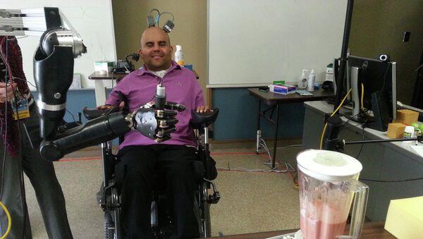 Инвалид Эрик Сорто управляет работой миксера при помощи кибер-руки, подключенной к его мозгу