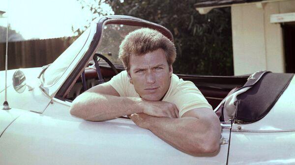 Актер Клинт Иствуд в машине с камерой в 1962 году