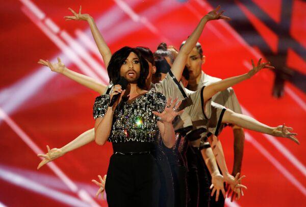 Кончита Вурст выступает в финале конкурса Евровидение
