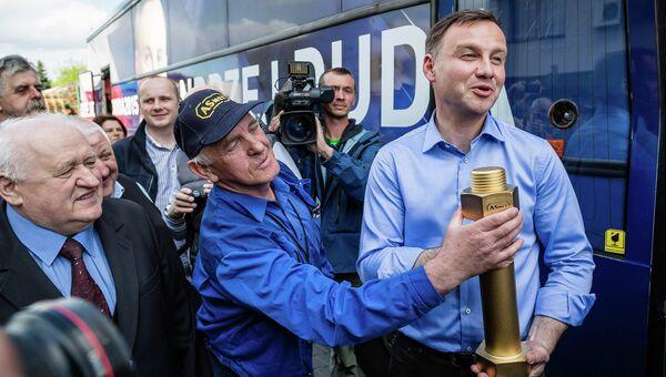 Анджей Дуда во время посещения завода по производству болтов в Польше