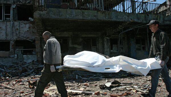 Извлечение тел погибших из-под завалов в аэропорту Донецка. Архивное фото