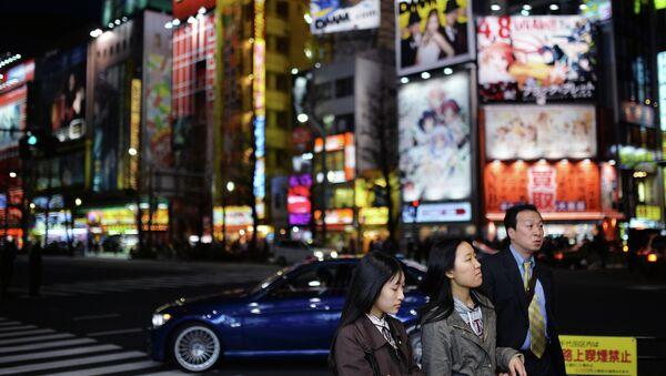 Жители Токио на одной из улиц города. Архивное фото