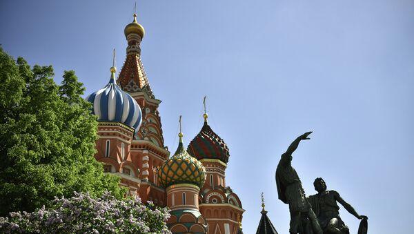 Вид на храм Василия Блаженного и памятник Минину и Пожарскому. Архивное фото