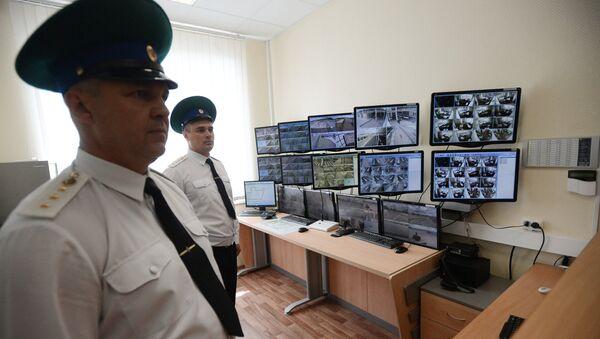 Сотрудники таможенной службы на российско-украинской границе. Архивное фото