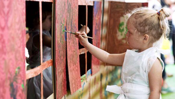 Девочка во время празднования Дня защиты детей в Парке культуры имени Горького в Москве