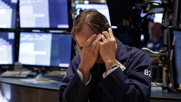 Участник торгов на Нью-Йоркской фондовой бирже. Архивное фото