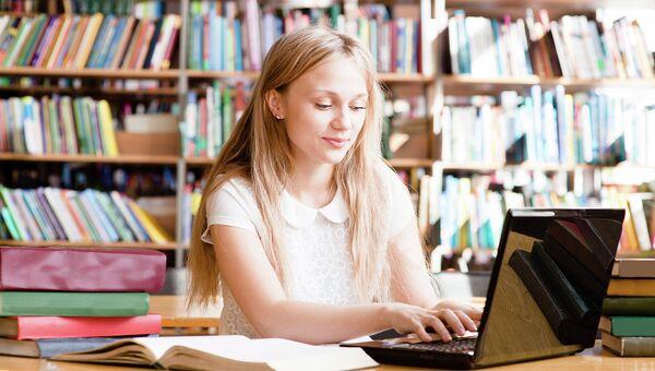 За компьютером в библиотеке. Архивное фото