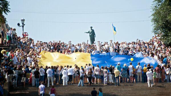 Жители Одессы проносят украинский флаг по Потемкинской лестнице. Архивное Фото.