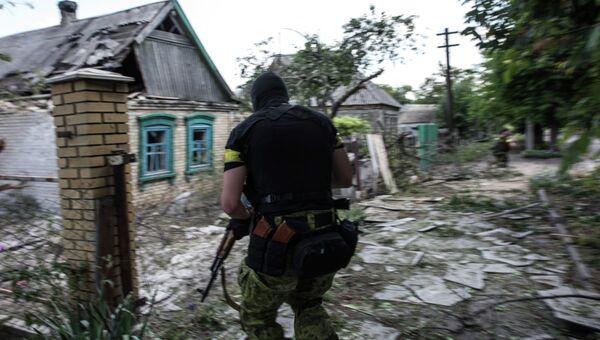 Член украинского батальона Киев-1 во время боя под Марьинкой