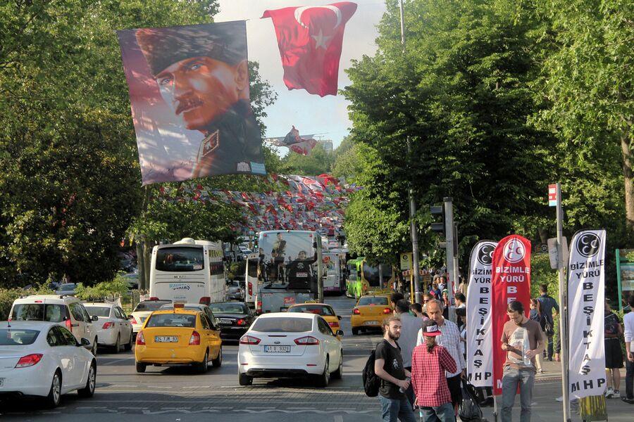 Портрет основателя Турецкой республики Кемаля Ататюрка на улице в Стамбуле, Турция