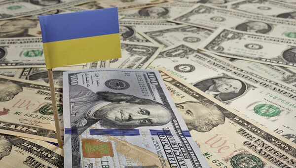 Украинский флаг и доллары. Архивное фото