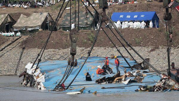 Спасатели проводят работы по подъему затонувшего в реке Янцзы судна Звезда Востока. Архивное фото