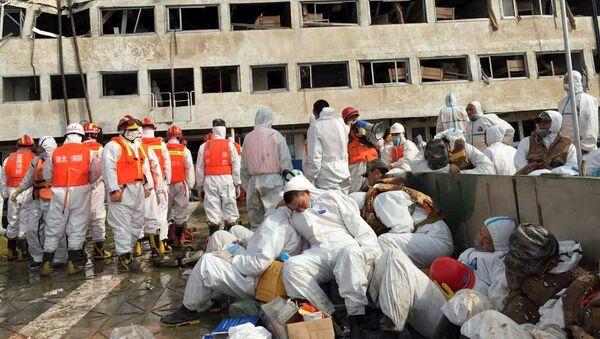 Спасатели отдыхают возле поднятого на поверхность круизного судна Звезда Востока, затонувшего на реке Янцзы, Китай