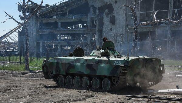 Ополченец у разрушенного здания аэропорта Донецка. Архивное фото