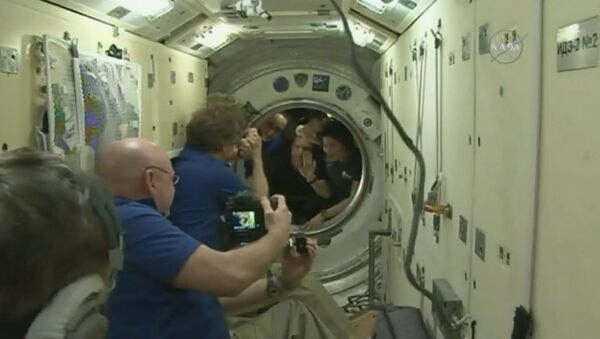 Участники экспедиции МКС попрощались с коллегами перед отправкой на Землю