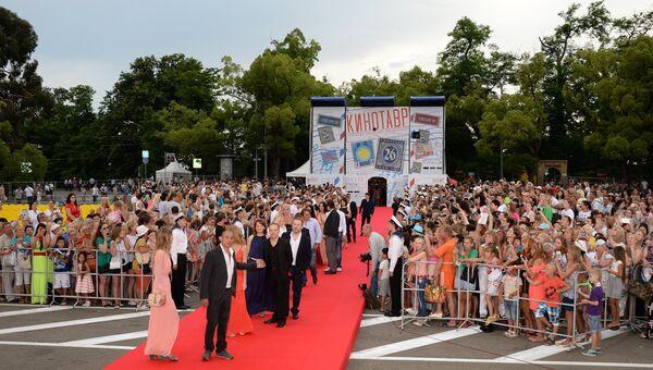 Гости и зрители на церемонии закрытия 26-го Открытого Российского кинофестиваля Кинотавр в Сочи