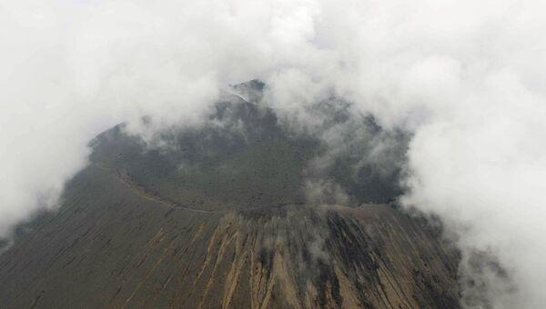 Вулкан Асама в 140 километрах от Токио