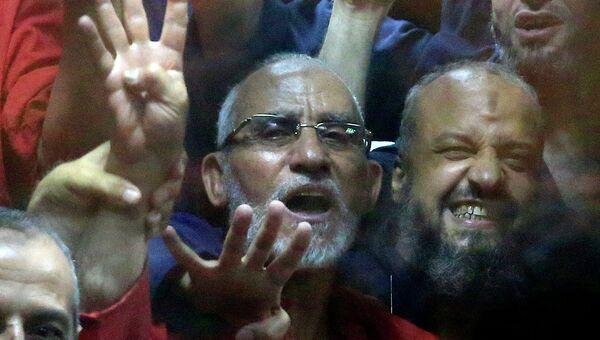 Экс-президент Египта Мухаммед Мурси во время заседания суда в Каире 16 июня 2015