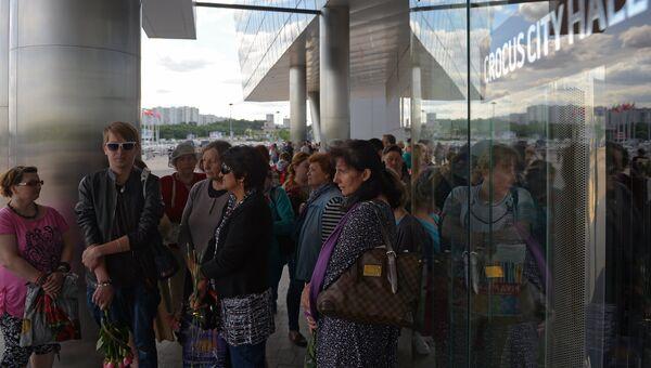 Поклонники певицы во время церемонии прощания с певицей Жанной Фриске у здания Крокус Сити Холл