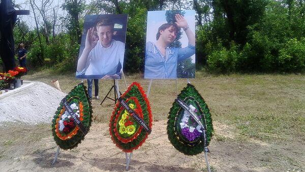 Мемориальный знак на месте гибели журналистов ВГТРК Игоря Корнелюка и Антона Волошина на трассе возле поселка Металлист, Луганск